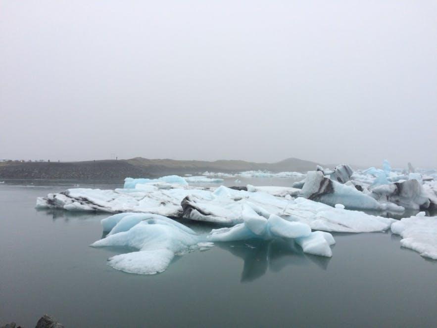 青く輝く氷山