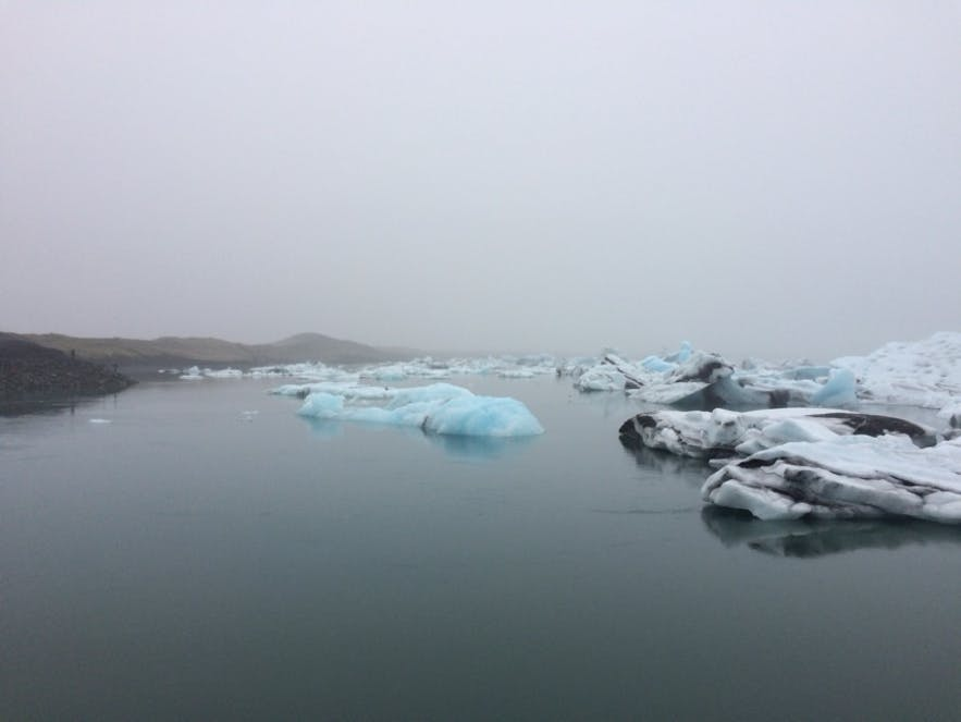 曇りの日のヨークルスアゥルロゥン氷河湖