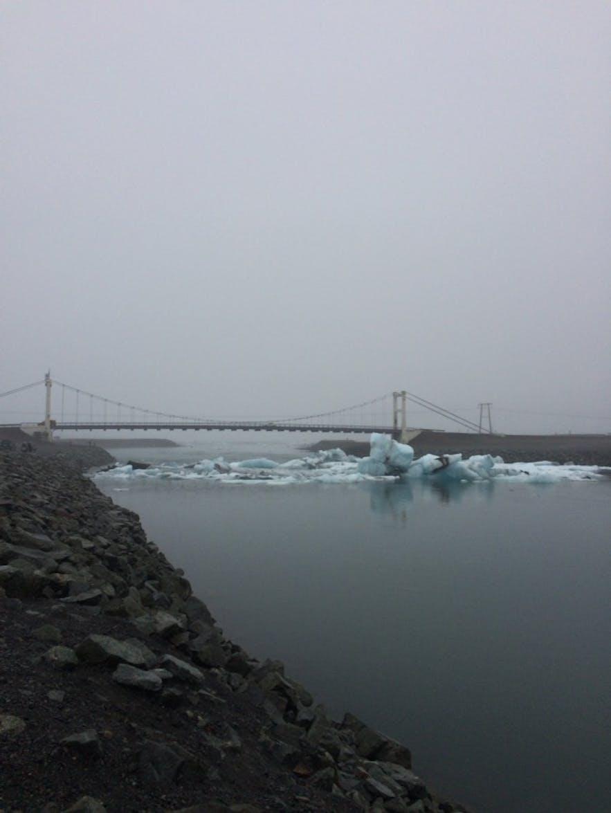 ヨークルスアゥルロゥン氷河湖にある橋