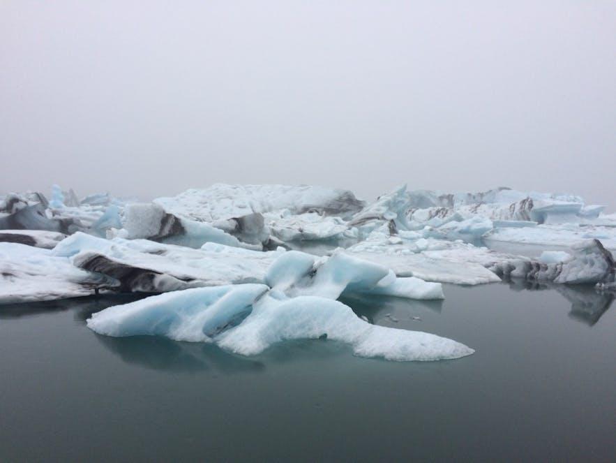 独特な雰囲気のヨークルスアゥルロゥン氷河湖
