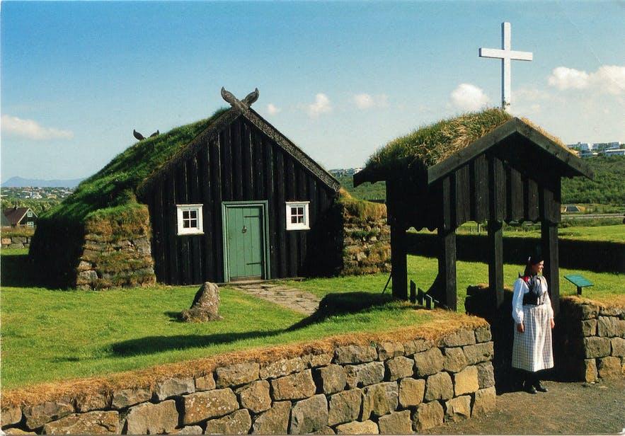 アウルバイル野外ミュージアムで見られるアイスランドの伝統的な家と民族衣装
