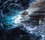 Niesamowite kolory z wnętrza jaskini lodowej na Islandii.