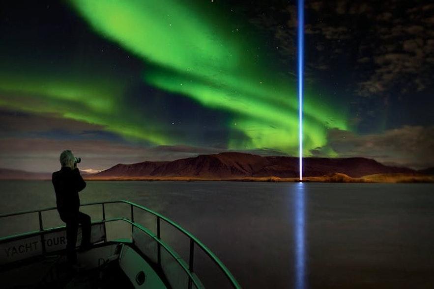 Una increíble vista de la aurora boreal desde la bahía de Faxafloi