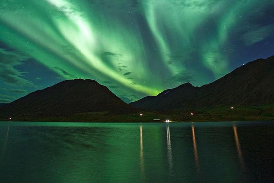 Vistas de las auroras boreales desde la bahía de Reikiavik