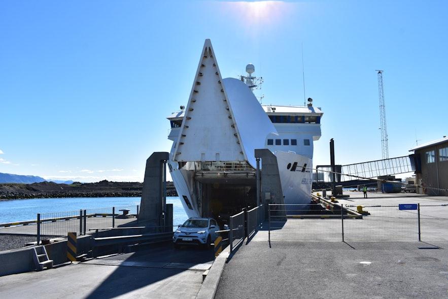 Andere Passagiere verlassen die Fähre im Süden Islands.