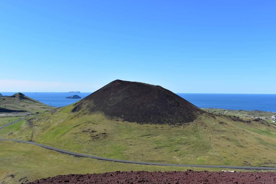 Helgafell Vulkan auf Vestmannaeyjar gegenüber von Eldfell Vulkan.