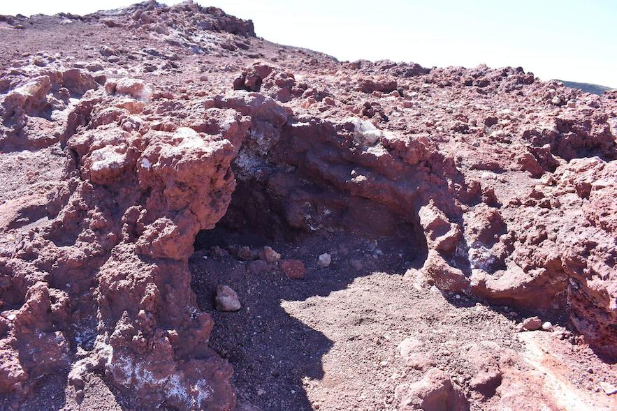 Kleine Höhle, die extrem viel wärme abgibt auf dem Eldfell Vulkan.