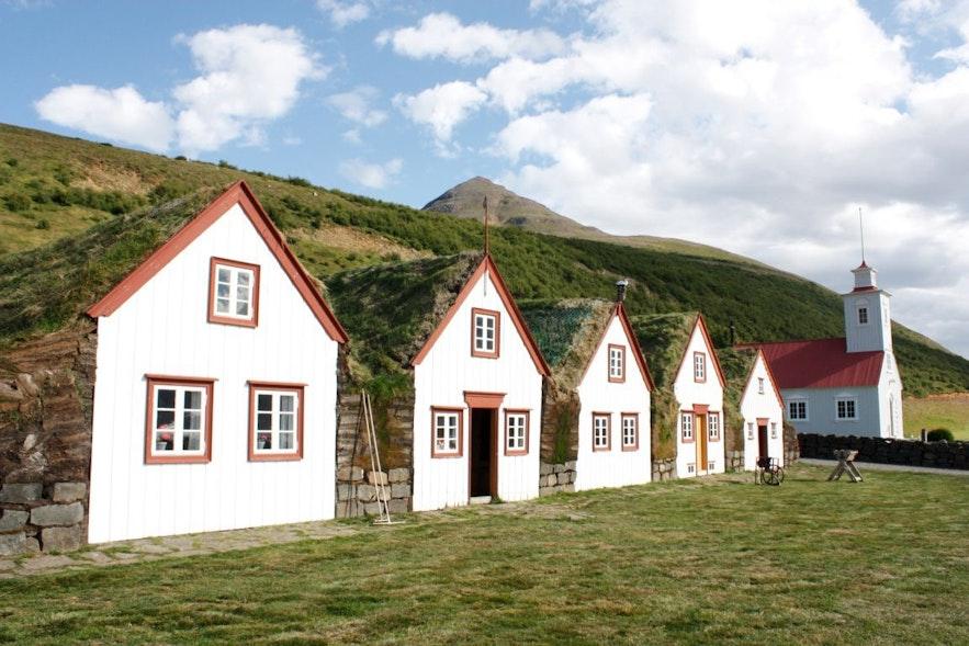 Domy z trawą na dachu w północnej Islandii.