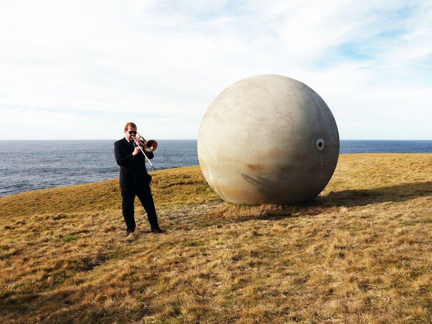 格里姆塞小岛的北极圈之球雕塑