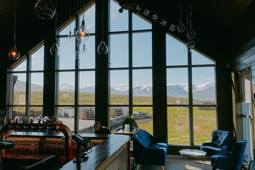 啤酒浴的餐厅建筑明亮美丽,窗外风景实在美的惬意