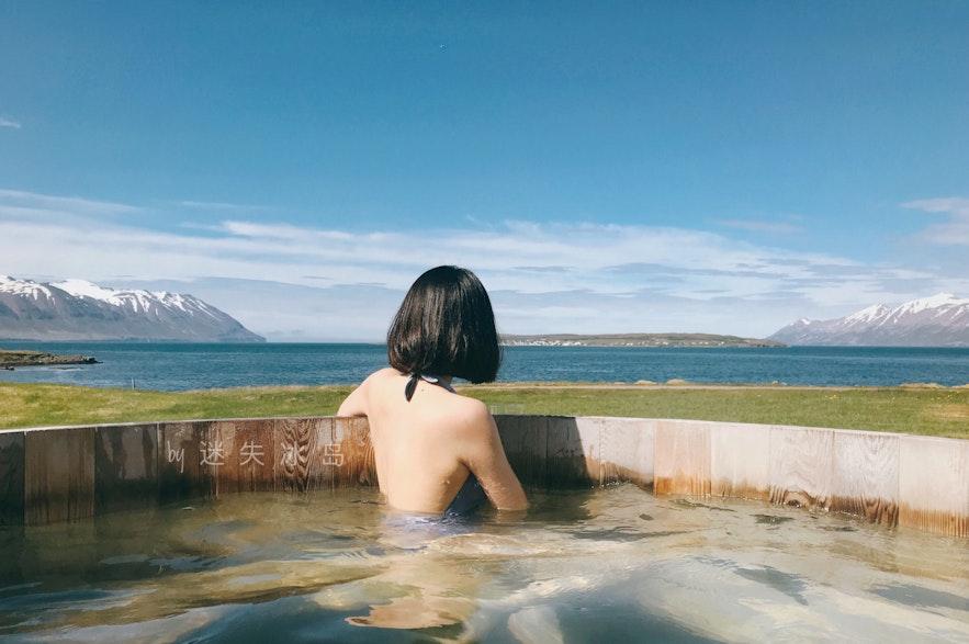 从Kaldi酒厂建造的室外温泉池可以看到Hrísey小岛