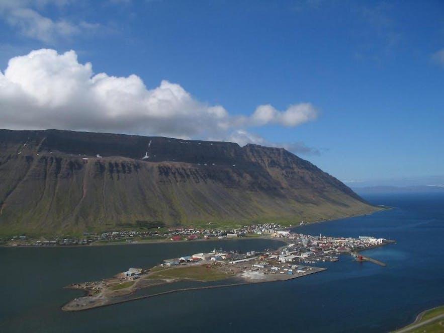 Ísafjörður dans les fjords de l'Ouest par Aron Ingi via Wikimedia Commons
