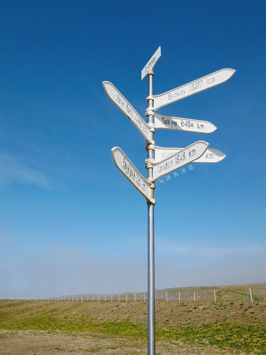 格里姆塞小岛上的世界路标指出了小岛到达许多著名城市的距离