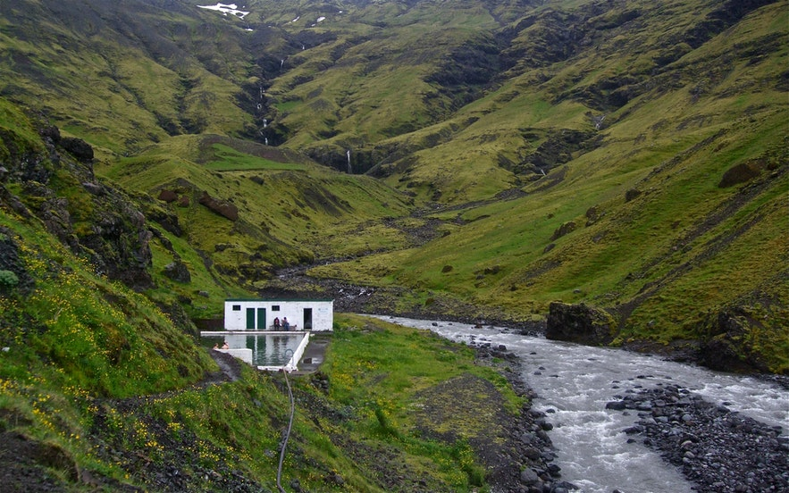 Opuszczony basen Seljavalalaug w południowej Islandii.