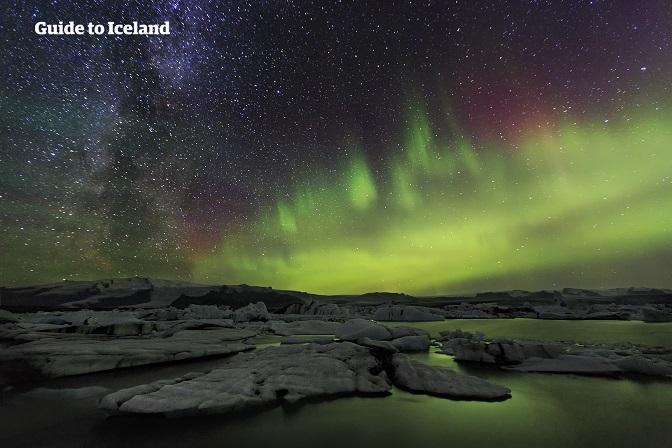 巨型的浮冰漂浮在冰岛最著名的杰古沙龙冰河湖(Jökulsárlón)中