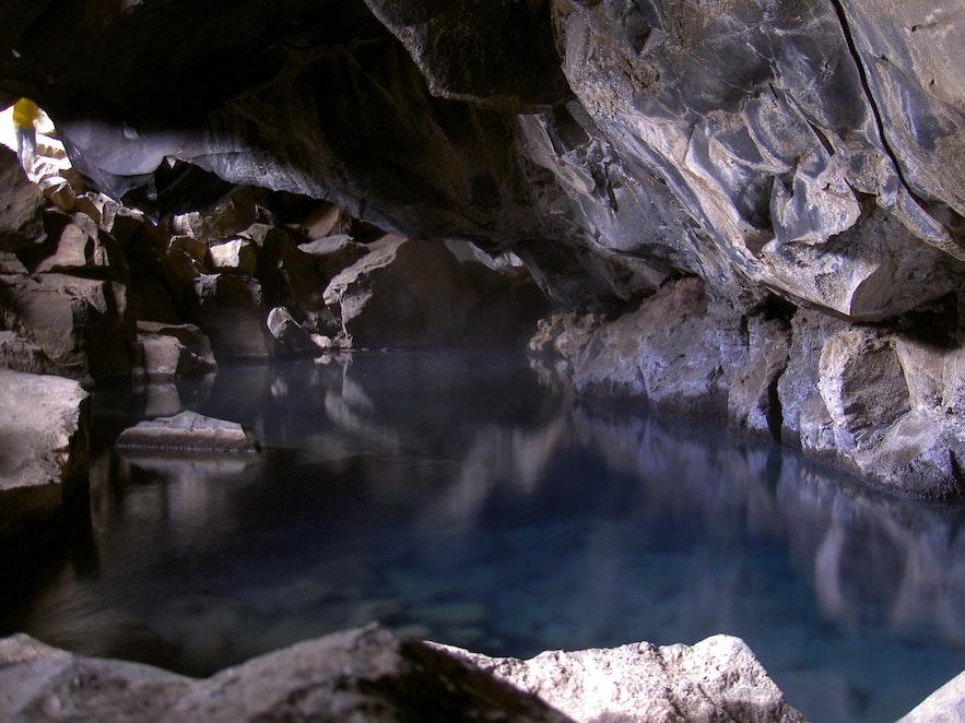 Grjótagjá-grotten og dens varme kilde, billede af Chmee2 fra Wikimedia Commons