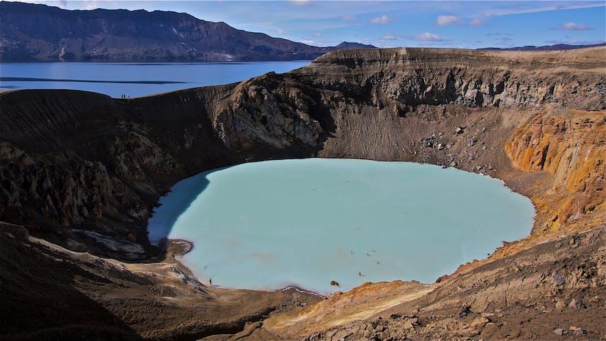 Den varme kilde i Víti-krateret i Askja af Henrik Thorburn fra Wikimedia Commons