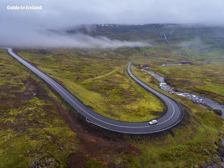 Bruk et av de nyttige kartene nedenfor på reisen rundt på Island.