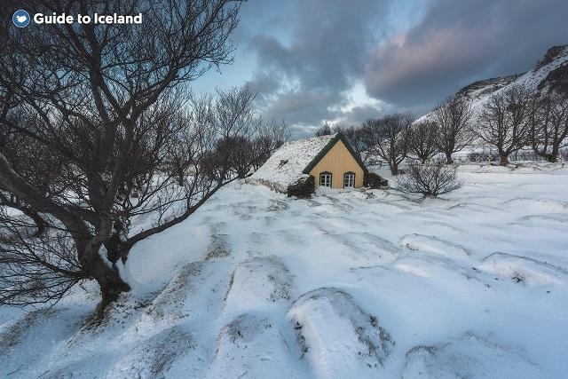位于冰岛南岸的Hofskirkja草顶房被厚重的白雪覆盖