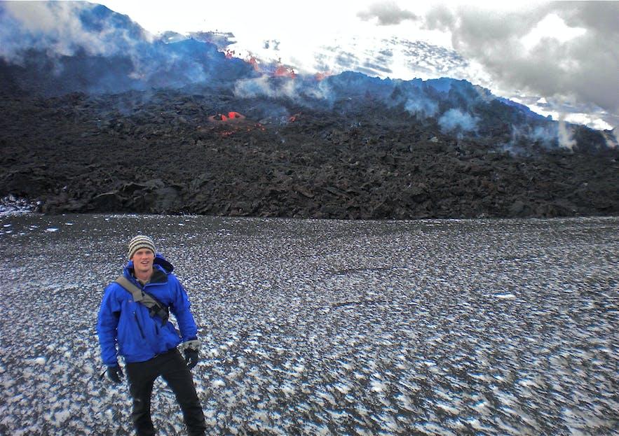 エイヤフィヤットラヨークトル火山に立つ男性