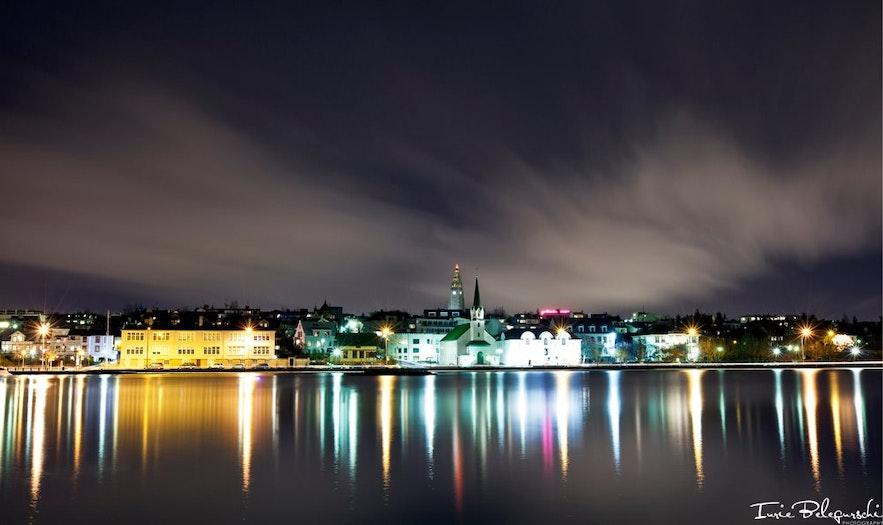 Zicht op Reykjavík bij nacht