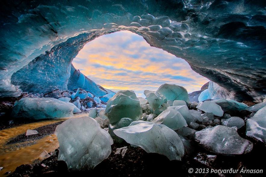 Jaskinia lodowcowa w lodowcu Falljokull na Islandii.