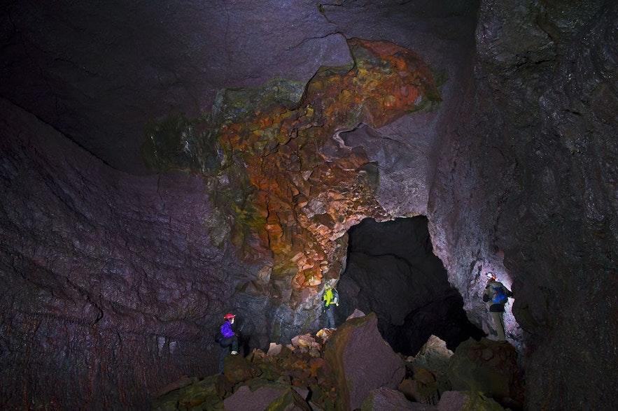 Vidgelmir火山岩洞内部宽敞无比