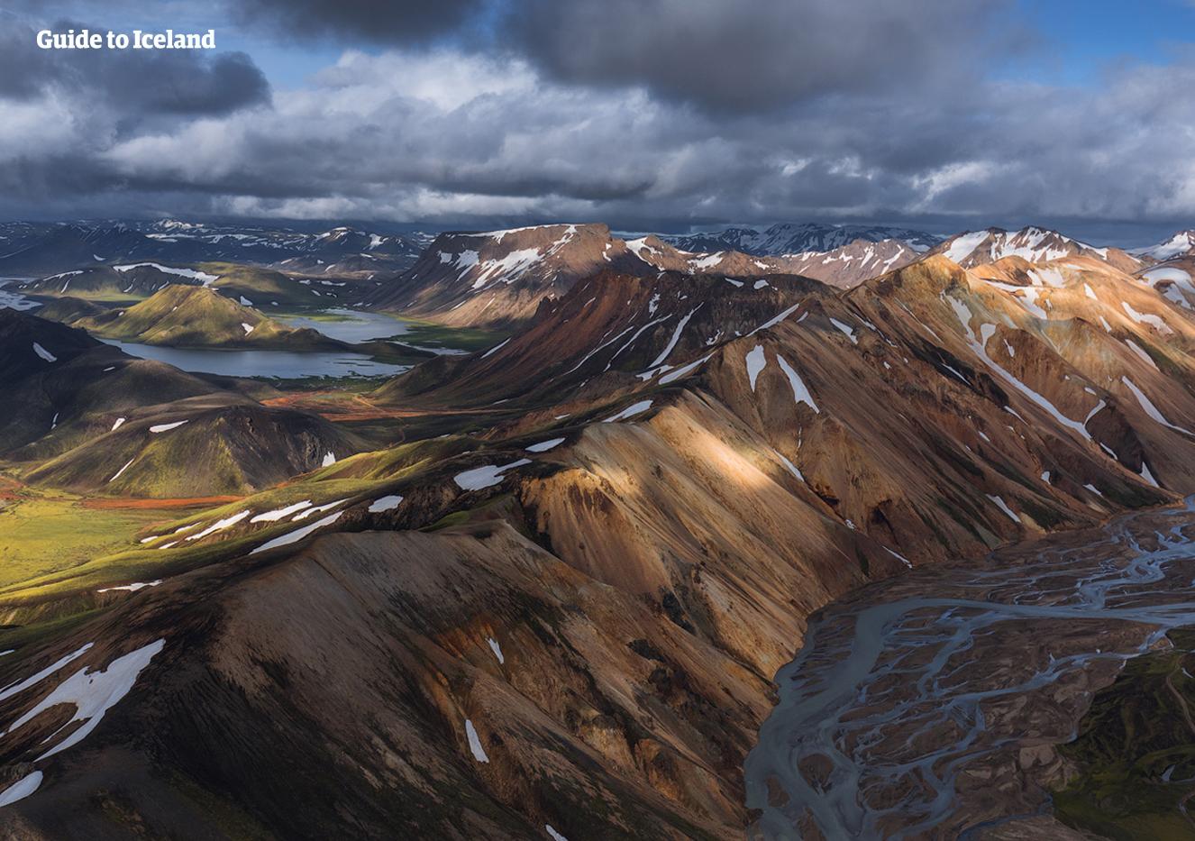 冰岛内陆高地的兰德曼纳劳卡彩色火山地带