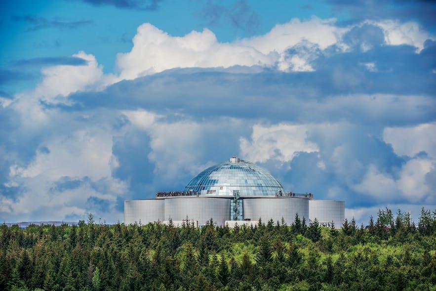 映射着蓝天白云的珍珠楼玻璃穹顶