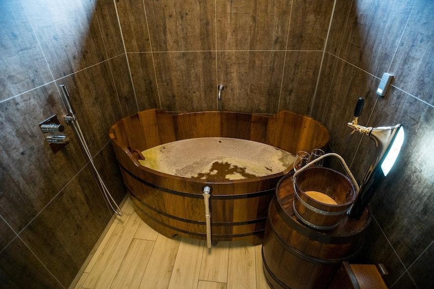 啤酒浴缸和旁边的龙头啤酒