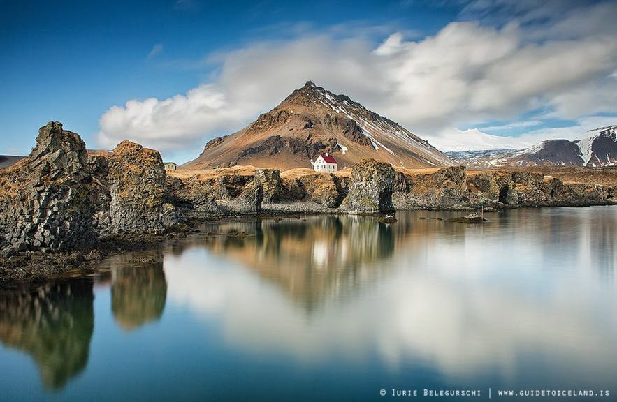 Le village Arnarstapi est dans l'Est de l'Islande sur la péninsule de Snæfellsnes