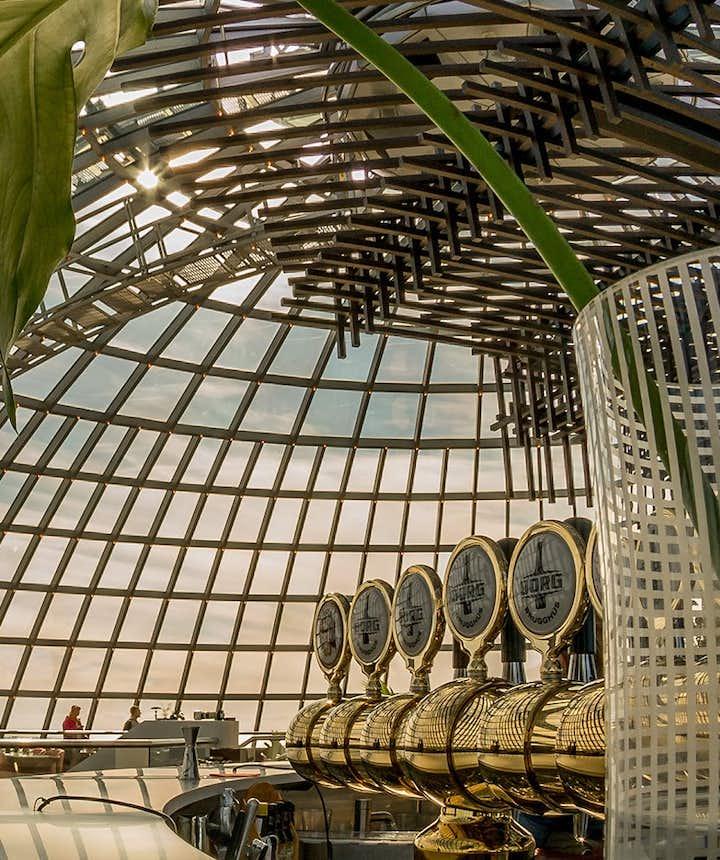珍珠楼的顶层旋转餐厅有着美丽的玻璃穹顶