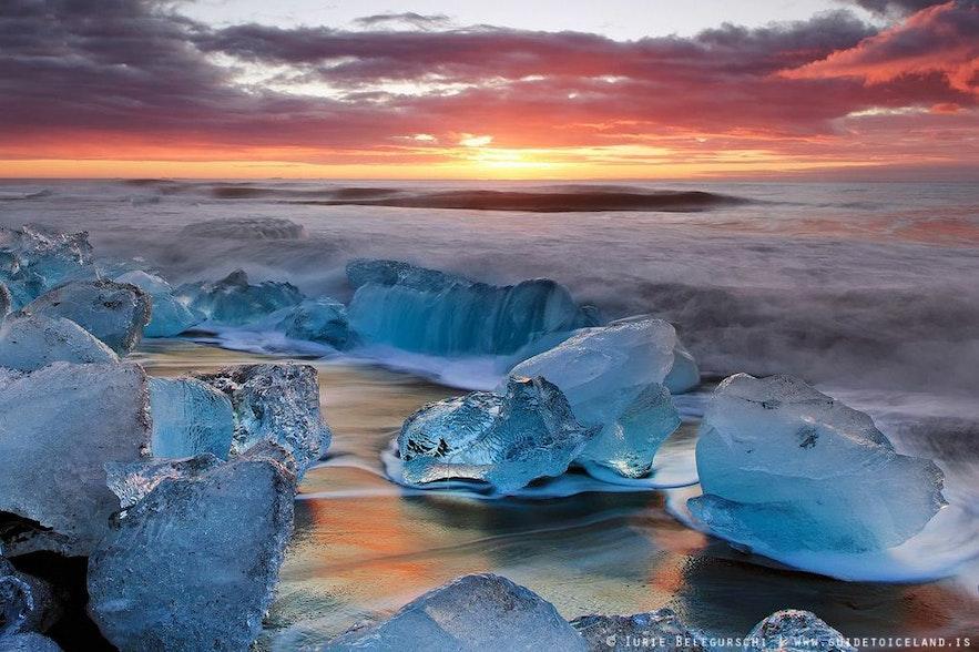 冰岛杰古沙龙冰河湖区的钻石冰沙滩