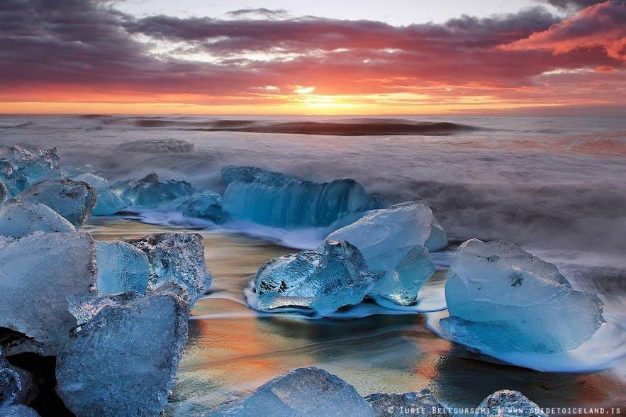 ヴァトナヨークトル氷河の末端の氷が解け、海へと流れ着いた