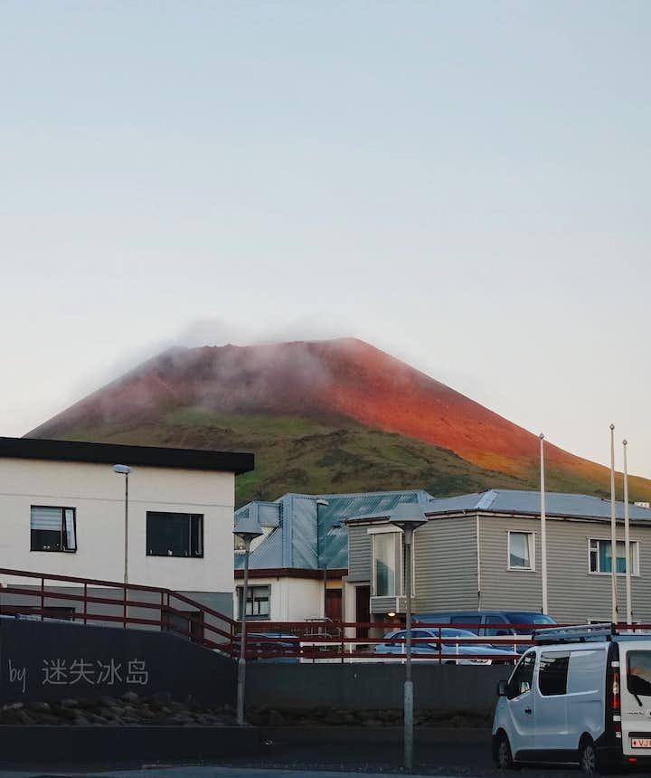 西人岛几十年前刚刚爆发过的火山Helgafell