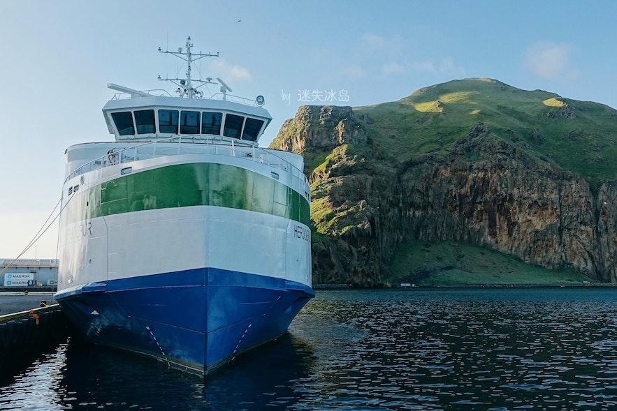 连接着冰岛主岛与西人岛的渡轮Herjólfur,每天有多班往返