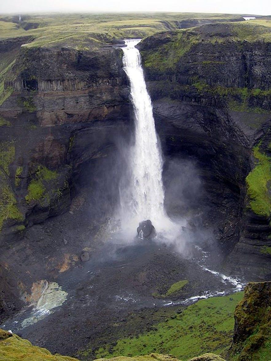 Háifoss est la deuxième cascade la plus haute d'Islande, de Chris 73 via Wikimedia Commons