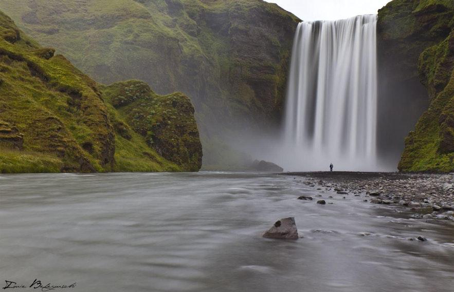 Cascade Skógafoss dans le Sud de l'Islande, par Iurie