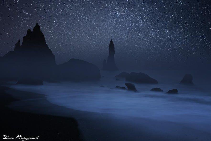 アイスランド南部、レイニスフィヤラのブラックサンドビーチから望む、レイニスドランガルの岩