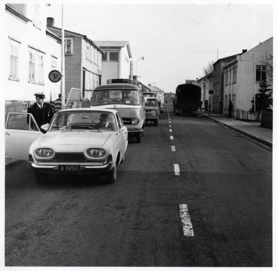 1968年にアイスランドが右側通行に移行した日の写真。