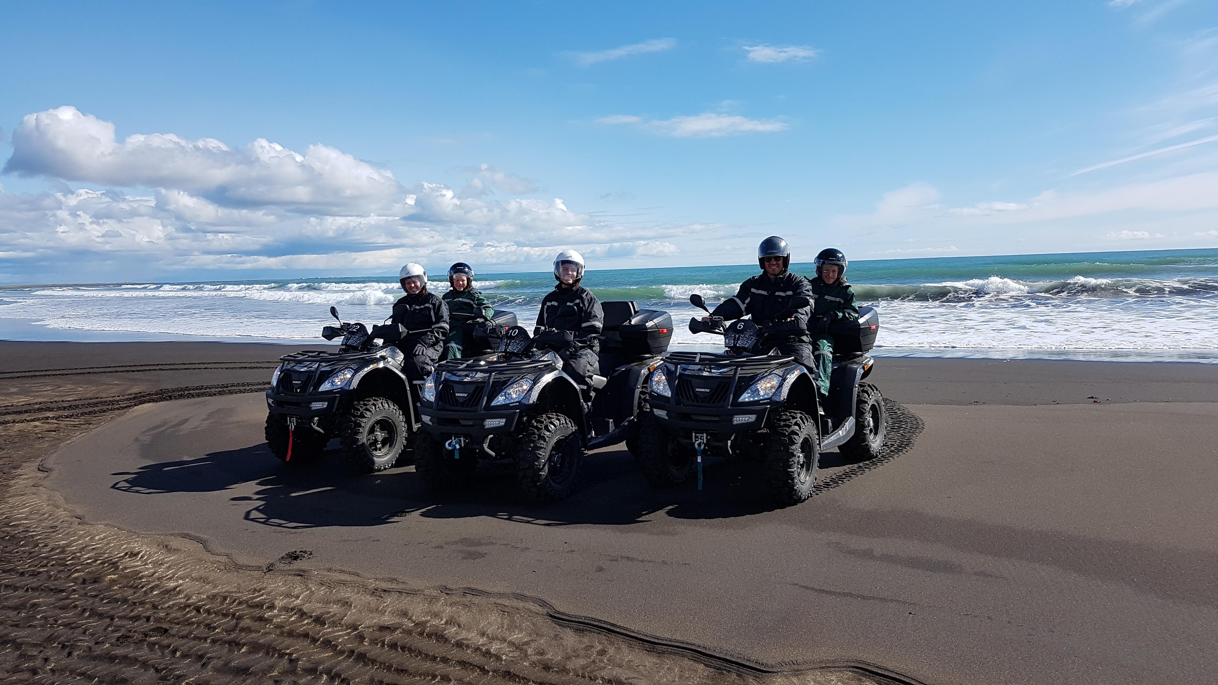 在冰岛南岸黑沙滩上体验ATV的刺激与快感