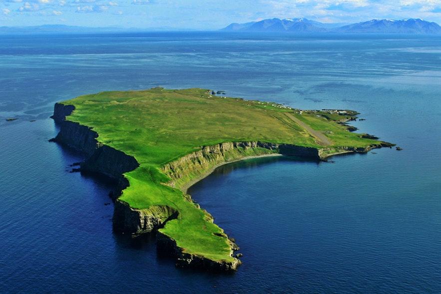 アイスランドで唯一、北極圏に属するグリムスエイ島。