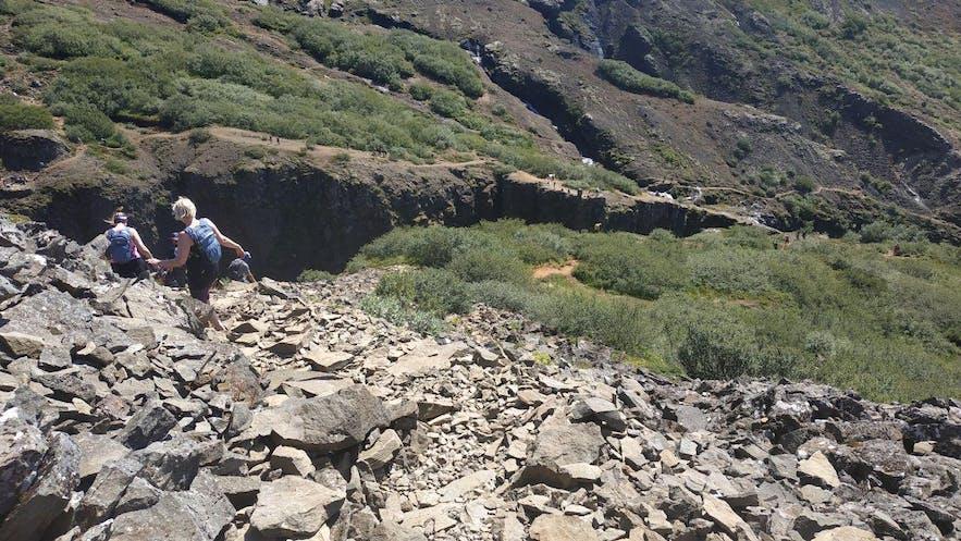 Descenso por el camino de rocas