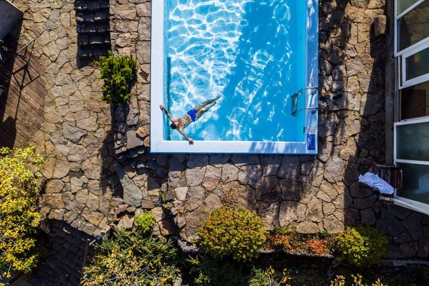 酒店里的温泉泳池