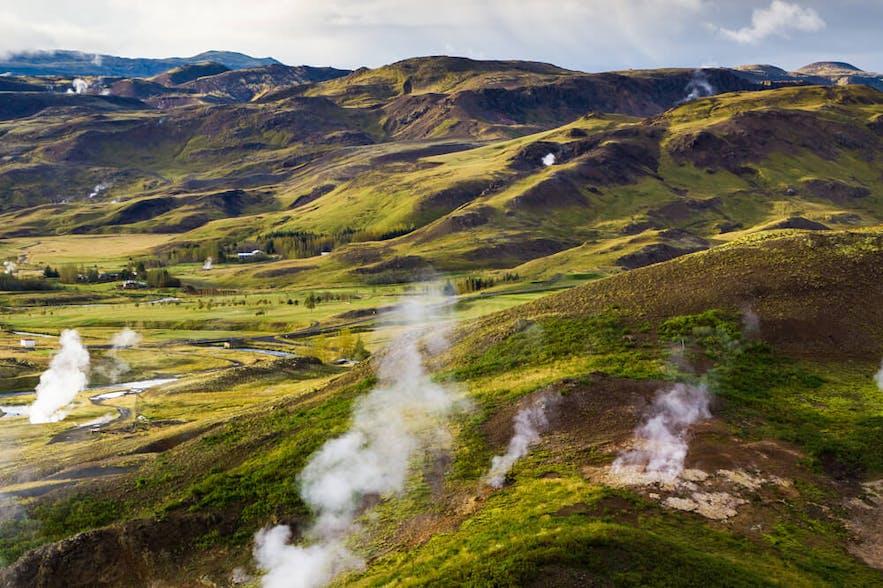 地热小镇地热能源丰富,后面就是Reykjadalur峡谷