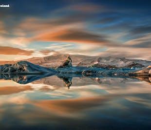 Espectáculo de fuegos artificiales en la laguna glaciar de Jökulsárlón