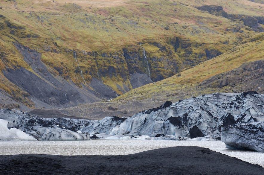 거뭇한 화산재, 샛노란 풀과 빙하, 검은모래