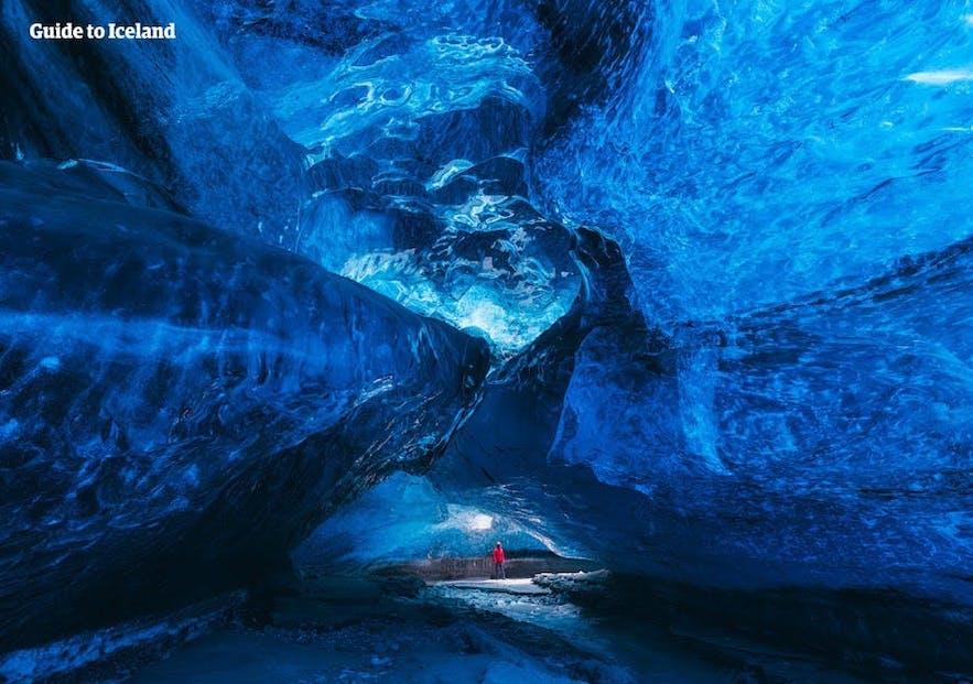 Den häpnadsväckande kristallika insidan i en isländsk isgrotta.