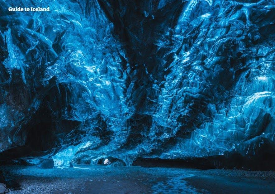 Du får utdelt en hodelykt og isbrodder til turen i grotten.
