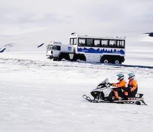 Wewnątrz lodowca   Tunel oraz skutery śnieżne na Langjokull